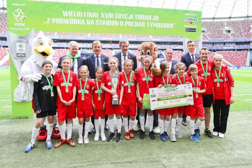 Złote medalistki UKS SMS Łódź ze Zbigniewem Bońkiem, Adamem Kaźmierczakiem, Stefanem Majewskim, Markiem Sawickim na PGE Narodowym