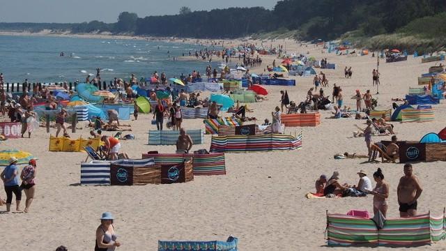 Pogoda dopisuje. Dziś na plaży w Unieściu można było spotkać wielu plażowiczów. Zobacz także: Mielno / Unieście: rekordowo niski poziom wody w jeziorze Jamno