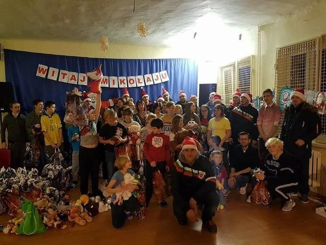 Kibice Powiślanki Lipsko już od sześciu lat organizują zbiórki charytatywne, dzięki którym dzieci z powiatu lipskiego otrzymują świąteczne paczki z prezentami.
