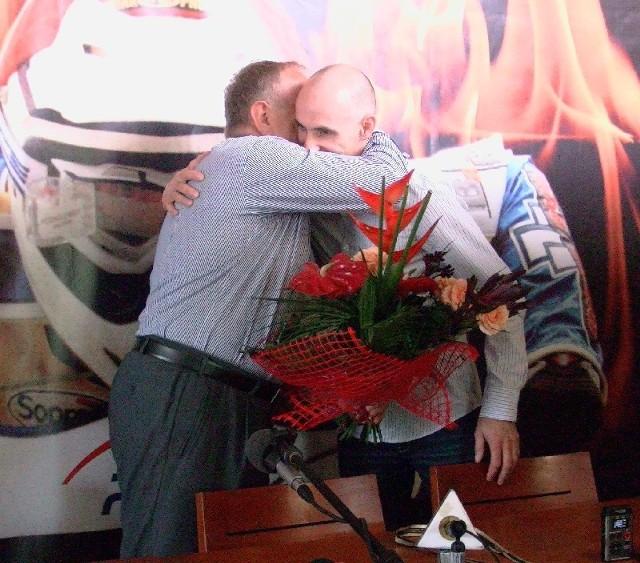 Władysław Komarnicki wręczył Tomaszowi Gollobowi kwiaty i pogratulował wywalczenia złotego medalu.