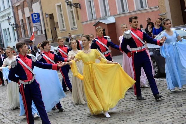 Dziś (2 maja) obchodzimy Dzień Flagi Rzeczypospolitej Polskiej. Z tej okazji, po zakończeniu uroczystości wojskowych na skwerze im. Oficerskiej Szkoły Marynarki Wojennej, zorganizowano korowód poloneza na Rynek Staromiejski. Wzięła w nim udział m.in. Orkiestra Wojskowa. Warto dodać, że na Rynku Staromiejskim przygotowano rodzinny piknik. Natomiast o godzinie 18 będzie można w tym miejscu wysłuchać koncertu Orkiestry Wojskowej z Torunia.
