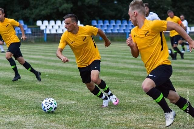 Sławomir Peszko (w środku) zadebiutował barwach Wieczystej w klasie okręgowej