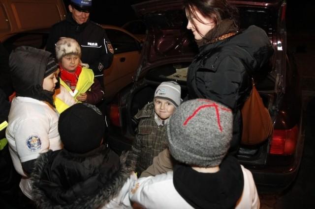 Dzieci w kamizelkach odblaskowach pomagały policji