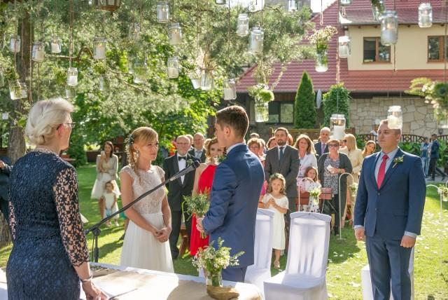 Słoiczki z polnymi kwiatami były motywem przewodnim naszego ślubu w plenerze.