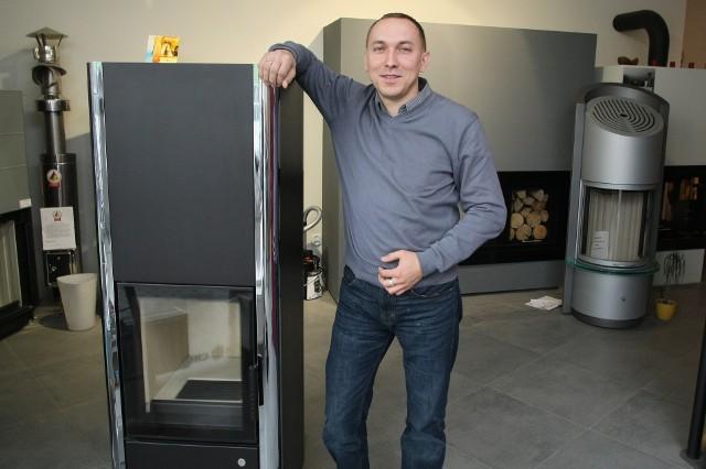 Piec CanoWolno stojący piec Cano, oferowany przez kieleckie Studio Kominki, bezpiecznie może być użytkowany w każdym domu. – To urządzenie nie zagraża naszemu bezpieczeństwu, oczywiście pod warunkiem, że będzie użytkowane zgodnie z instrukcją – wyjaśnia Dariusz Pęczkowicz.