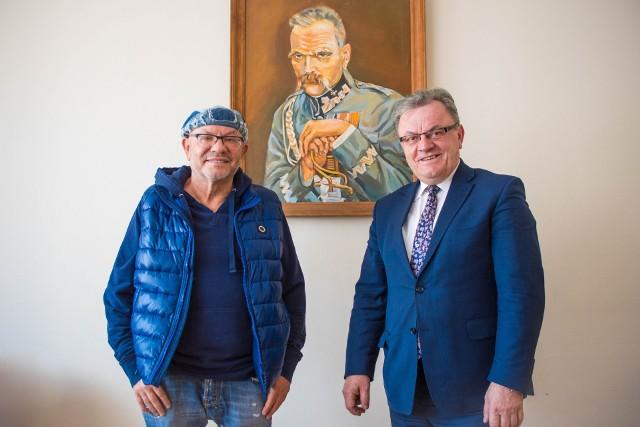 Leszek Kumański i Jacek Sabat, dyrektor Wojewódzkiego Domu Kultury w Kielcach.