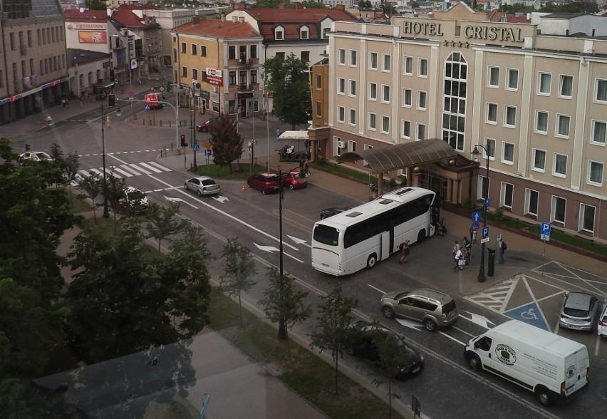 Samochody jadące ul. Liniarskiego w kierunku ul. Lipowej...