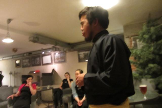 Aidys Norbu demonstruje śpiew gardłowy