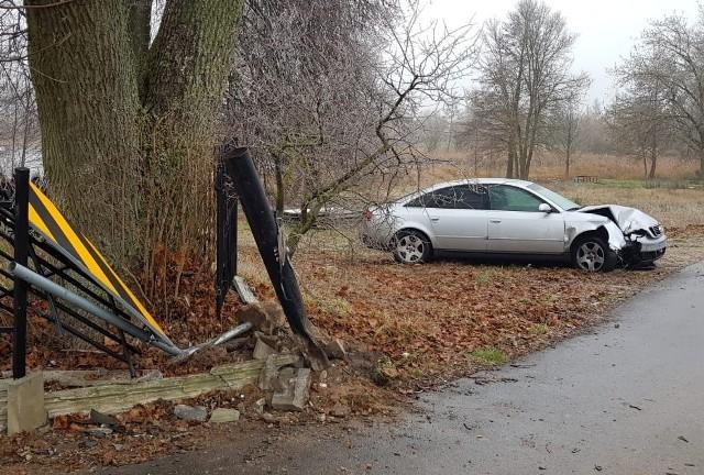 Policjanci wyjaśniają dokładne okoliczności wczorajszego wieczornego zdarzenia na terenie gminy Prostki. Z dotychczasowych ustaleń wynika, że 18-latek bez niczyjej wiedzy i zgody zabrał z rodzinnego domu kluczyki od osobowego audi i wyruszył na przejażdżkę po okolicy.