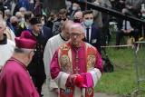 """Apb Skworc dziękuje Orlenowi i gani Kaufland. """"Niedziela jest Boża i nasza"""" - skandowali pielgrzymi w Piekarach"""