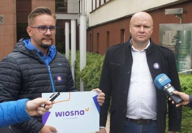Sławomir Gromadzki, kandydat Wiosny do Parlamentu Europejskiego z okręgu obejmującego Podlaskie oraz Warmię i Mazury spotkał się w środę (15.05) w Białymstoku z dziennikarzami. Towarzyszył mu szef stzabu wyborczego Paweł Krutul (na zdj. z lewej)