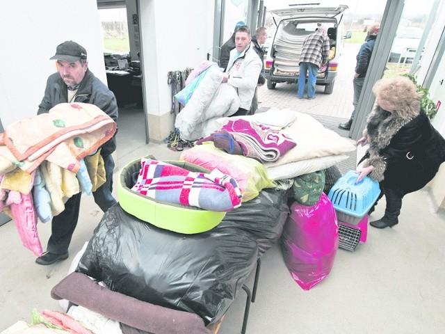 Dzisiaj do schroniska w Koszalinie przyjechali pracownicy kołobrzeskiego schroniska z darami. - Po tym, jak dowiedzieliśmy się o pożarze, postanowiliśmy pomóc - mówi Grażyna Jakubczak, szefowa schroniska w Kołobrzegu