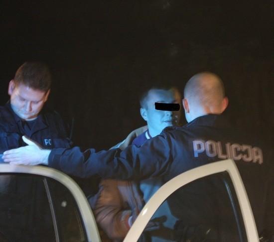 Zatrzymanie pijanego kierowcyZielonogórska policja w Lezycy ścigala pijanego kierowce. Uciekal seatem, wiózl 3-letnie dziecko. Mial ponad 2,2 promila alkoholu i odebrane przez sąd prawo jazdy.