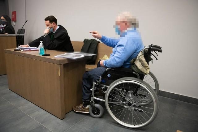 Mariusz G. w ubiegłym roku na os. Batorego w Poznaniu potrącił dwie osoby na przejściu dla pieszych. W wypadku zginął 25-letni Jakub. 67-letni kierowca został skazany na 3 lata więzienia. Od wyroku się odwołał. Twierdzi, że do wypadku doszło poza pasami i nie z jego winy. Teraz próbuje przekonać do tego sąd drugiej instancji.