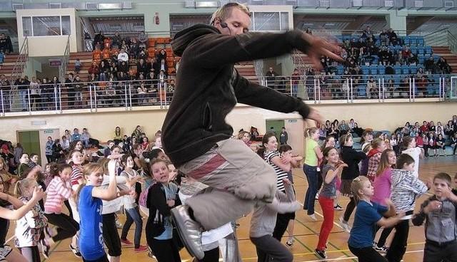 Zamieszczamy wspomnieniową galerię z 2011 r. Wtedy w Miastku odbyły się warsztaty i pokazy taneczne z udziałem Artura Cieciórskiego, który wygrał program You Can Dance. Ich uczestnicy to dzisiaj już dorośli ludzie. Impreza odbyła się w hali sportowej dzisiejszej SP nr 3 (wtedy gimnazjum).