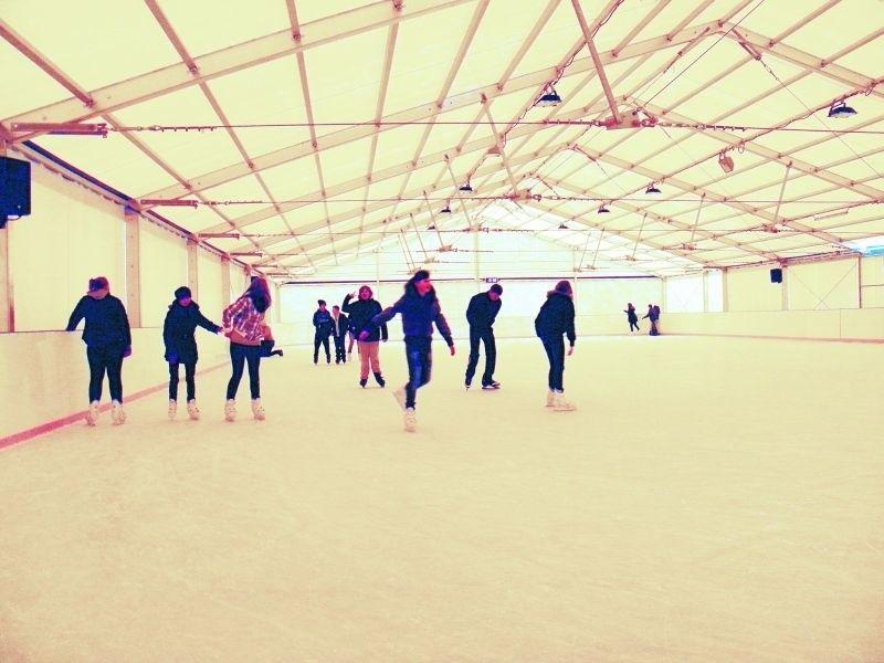 Do godz. 15 lodowisko okupują szkoły, później otwarte jest dla wszystkich. Wczoraj z uroków lodowego szaleństwa korzystali uczniowie Gimnazjum nr. 1