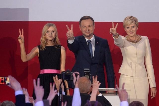 Andrzej Duda, prezydent elekt w otoczeniu córki i żony.