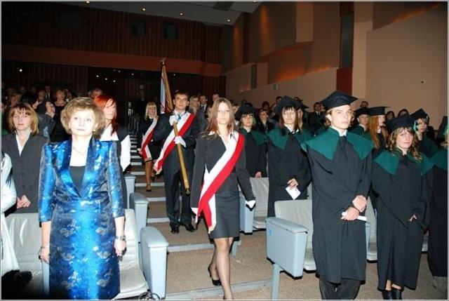 Skrzydła 2011. Wyższa Szkoła Ekonomii, Turystyki i Nauk SpołecznychSkrzydła 2011 za aktywność w pozyskiwaniu środków unijnych na rozwój nowych kierunków kształcenia związanych z potrzebami regionu świętokrzyskiego.
