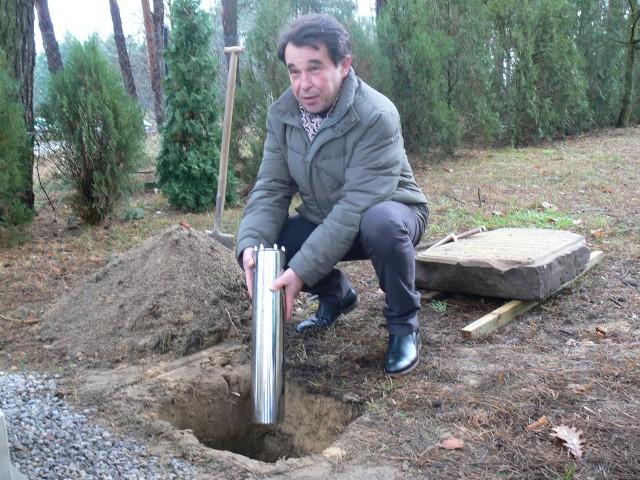 Kapsułę wkopano na placu przy Zakładzie Opiekuńczo - Leczniczym,  przy ulicy Szkolnej 12, obok pomnika krzyża.  Jak powiedział lekarz Marek Majkowski, pomysłodawca wydarzenia, kapsułę wkopano na okoliczność kilku wielkich rocznic.