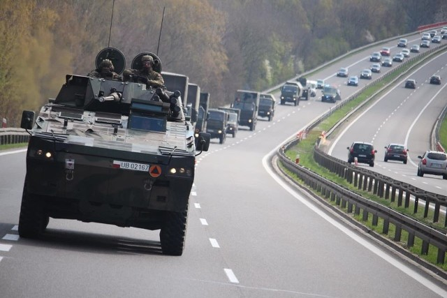 Kolumny 12 Brygady Zmechanizowanej jadą na poligon w Drawsku Pomorskim