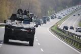 """Kolumny wojskowe jadą na poligon w Drawsku Pomorskim - w czerwcu rozpocznie się tam kolejny etap manewrów """"Defender Europe 20"""""""