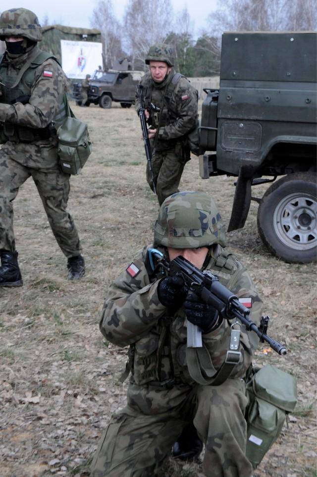 Szkolenia wojskowe 2015 w Polsce obejmą każdego zdolnego do noszenia broni. A co z emigrantami? Okazuje się, że obowiązkowe szkolenie wojskowe dotyczy wszystkich mężczyzn i kobiet do 50. roku życia (oficerów do 60. roku życia)