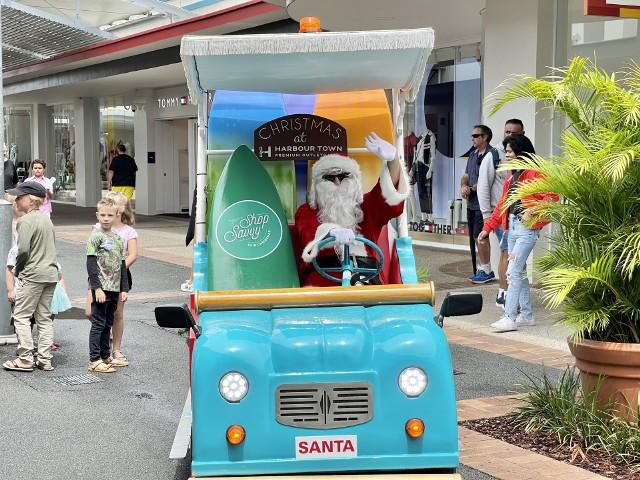 Australia Mikołaj przybywa do australijskich dzieci na desce surfingowej (zamiast sań), a w zaprzęgu ma delfiny lub kangury. Ubrany jest w shorty, koszulkę z krótkim rękawem i obowiązkowo- klapkiŹródło:http://albionhouse.com.pl/10-faktow-o-bozym-narodzeniu-w-australii/