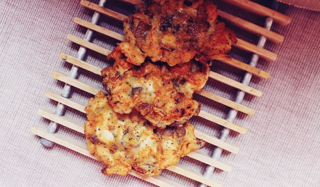 Placki z kurczakiem i pieczarkami  to pomysł na szybki obiad.