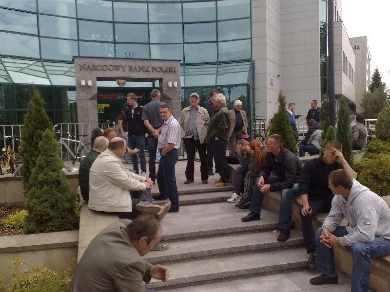 Kolejka po okolicznościowe monety na EURO ustawiła się przed Narodowym Bankiem Polskim już w niedzielę, 3 czerwca o godzinie 5.30.