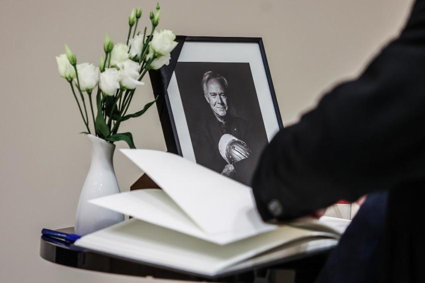 Księga kondolencyjna wyłożona jest w holu wejściowym Teatru...