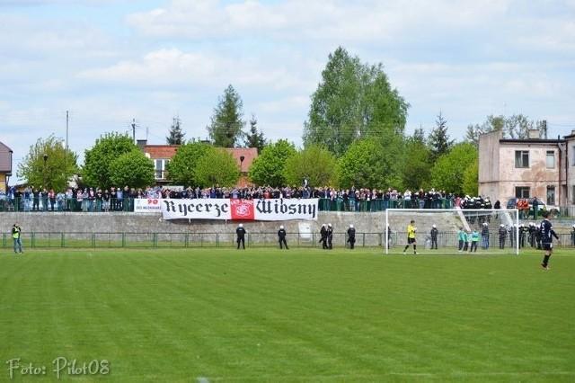 Kibice Łódzkiego Klubu Sportowego nie zostali wypuszczeni przez policję, więc obejrzeli spotkanie z boiska bitumicznego na wzniesieniu za bramką, które tego dnia służyło za parking.