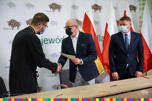 W poniedziałek (21.06) umowy na dotacje z przedstawicielami organizacji pozarządowych podpisali marszałek Artur Kosicki i członek zarządu Marek Malinowski. Dofinansowanie otrzymało łącznie 11 projektów o tematyce ochrony i promocji zdrowia.