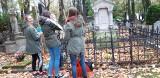 Uczniowie sprzątają i kwestują na Starym Cmentarzu przy ul. Ogrodowej w Łodzi