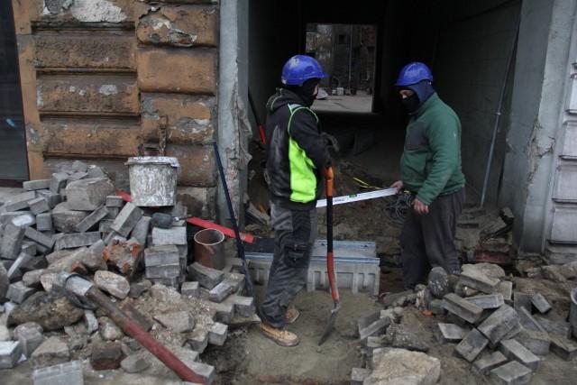 Podwórze, wokół którego stoją podmywane kamienice, zostało utwardzone.