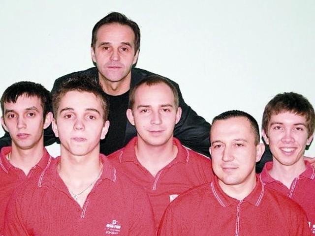 Metal-Fach LP Sokółka w składzie, w którym najczęściej występuje w rozgrywkach ekstraklasy bilardowej (od lewej): Krystian Piekarski, Konrad Piekarski, Lech Piekarski, Hubert Łopotko, Jacek Jarno, Piotr Kudlik.