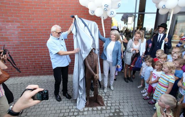 Ferdynand Wspaniały stanął przed Galerią Łódzką