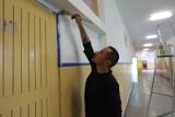 Dyrektor maluje szkolne korytarze - w łódzkim Zespole Szkół Rzemiosła