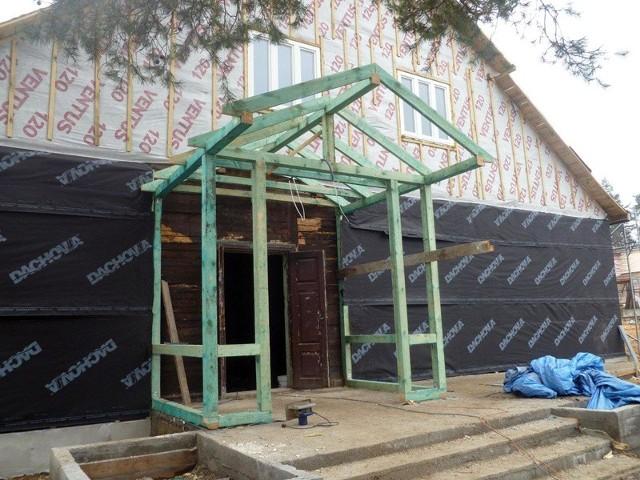 Trwa remont zabytkowego Domu Ludowego we wsi Sokole koło Michałowa. Inwestycja jest możliwa dzięki unijnym funduszom.