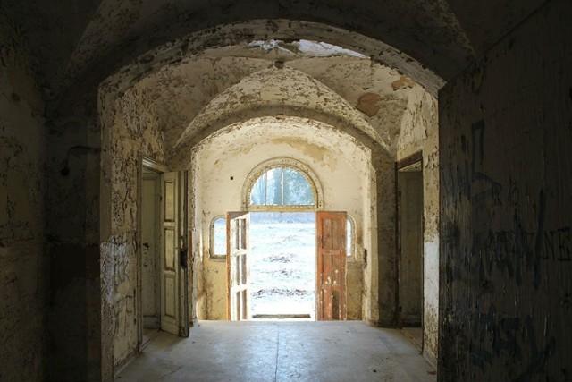 Opuszczony szpital psychiatryczny pod Poznaniem od lat przyciąga osoby żądne wrażeń. Mało kto zdaje sobie jednak sprawę z tragicznej historii tego miejsca. Kliknij tutaj, przejdź dalej i sprawdź szczegóły --->