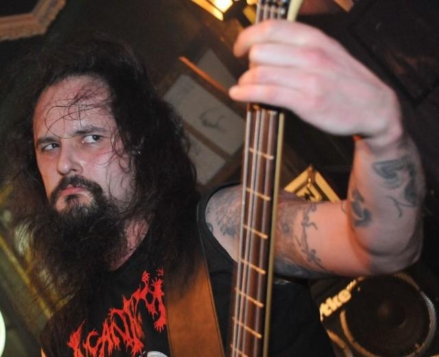 REYASH (TOMASZ REJEK) ma 35 lat, rodowity zielonogórzanin, od 20 lat na metalowej scenie, basista i wokalista związanych z Zieloną Górą grup Supreme Lord i Witchmaster, ale też członek Christ Agony i światowej sławy zespołu Vader. W niedzielę, 19 kwietnia o 19.00, Reyash zagra z Witchmaster w zielonogórskim klubie Kotłownia.