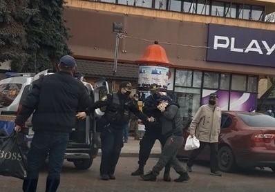 Moment szarpaniny mężczyzny ze Strażą Miejską na Placu Kościuszki zarejestrowała przypadkowa osoba, która akurat była na zakupach