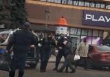 Tarnów. Strażnicy miejscy szarpali się z mężczyzną na Placu Kościuszki w Tarnowie. Poszło o hot-doga i brak maseczki [ZDJĘCIA]