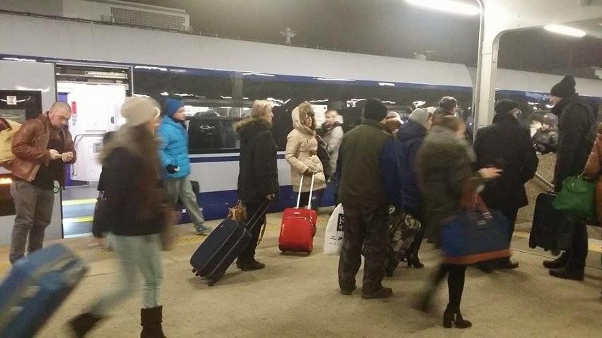 Pasażerowie opuszczają pociąg Dart na stacji Warszawa Wschodnia