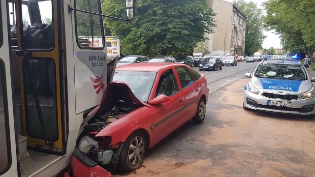 Wypadek na Pomorskiej. Samochód czołowo zderzył się z tramwajem