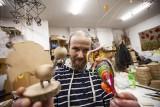 Kraków. Recyklingowe ozdoby choinkowe pomagają samotnym i potrzebującym [ZDJĘCIA]