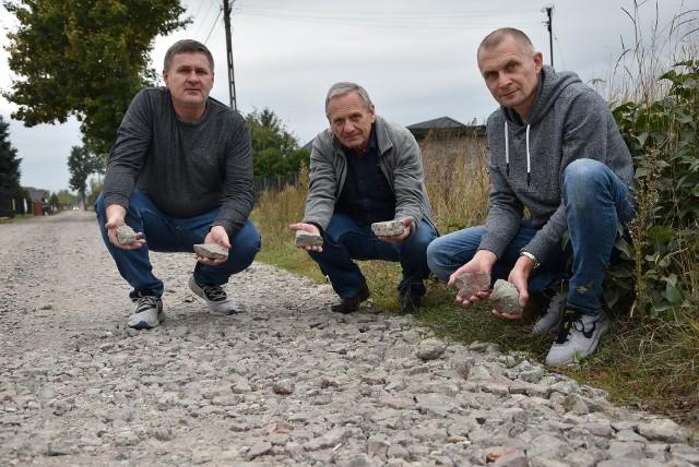 Pan Piotr (od lewej), pan Marek i pan Sławomir - mieszkańcy z osiedla domków jednorodzinnych przy ul. Jodłowej: - Po takim czymś mamy jeździć i chodzić! Kamloty, odpady: drewno i metale. Od kilkunastu lat nie możemy doprosić się porządnej nawierzchni. Teraz już nie prosimy! Teraz już żądamy!