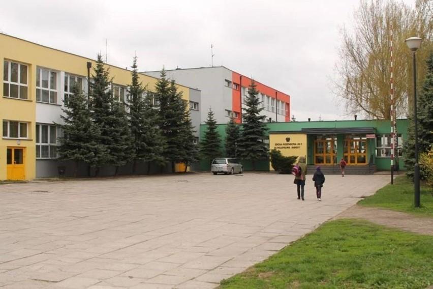 Kolejna szkoła w Łódzkiem przechodzi na zdalne nauczanie. Pracownik szkoły ma koronawirusa