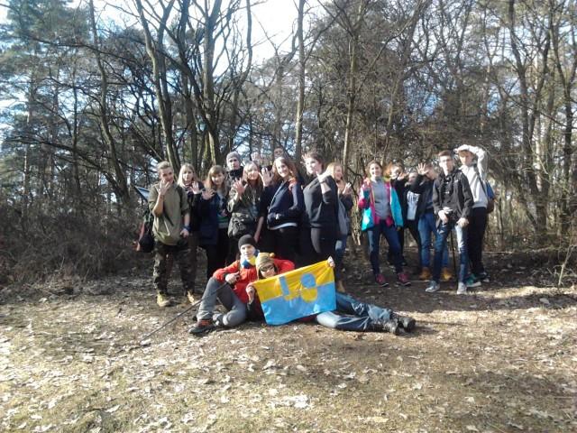 Uczniowie IX LO na ostatnim szczycie Korony - Górze Morasko (154 m n.p.m.)