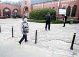 Nieestetycznie przed główną bramą Cmentarza Centralnego w Szczecinie? Jest deklaracja zastępcy prezydenta
