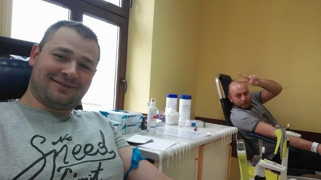 - Chcieliśmy zrobić coś więcej niż tylko oddać krew - mówią Jacek Komorowski ( z lewej) i Krzysztof Buchaj. I udało się!